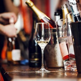Wijnproeverij: een glas met overblijfselen van wijn staat op tafel