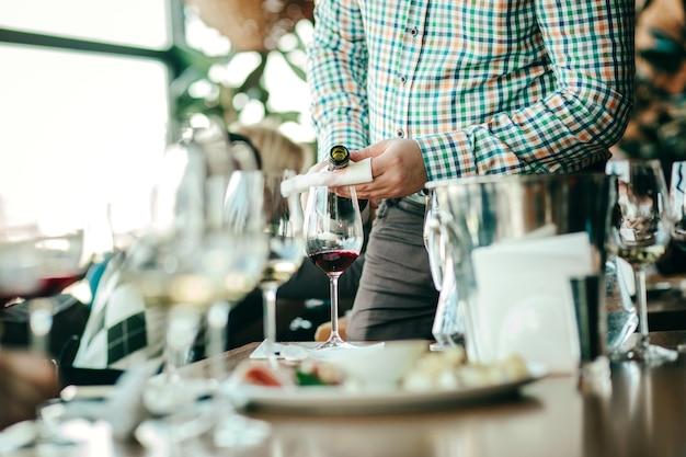 Wijnproeverij met glazen wijn op tafel.