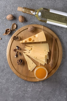 Wijnproeverijconcept met traditionele hapjes van kaas, noten en honing