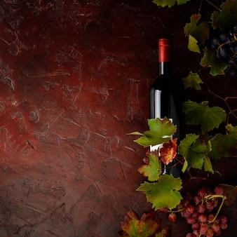 Wijnsamenstelling op rustieke tafel, plat lag, bovenaanzicht