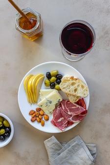 Wijnsnack. prosciutto, parmaham, amandelen, olijven, stokbrood, blauwe kaas. antipasti.