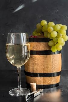 Wijnvat, glas en druif