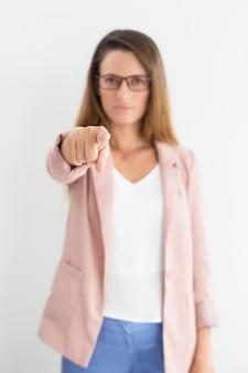Wijsvinger van zakenvrouw die naar camera richt