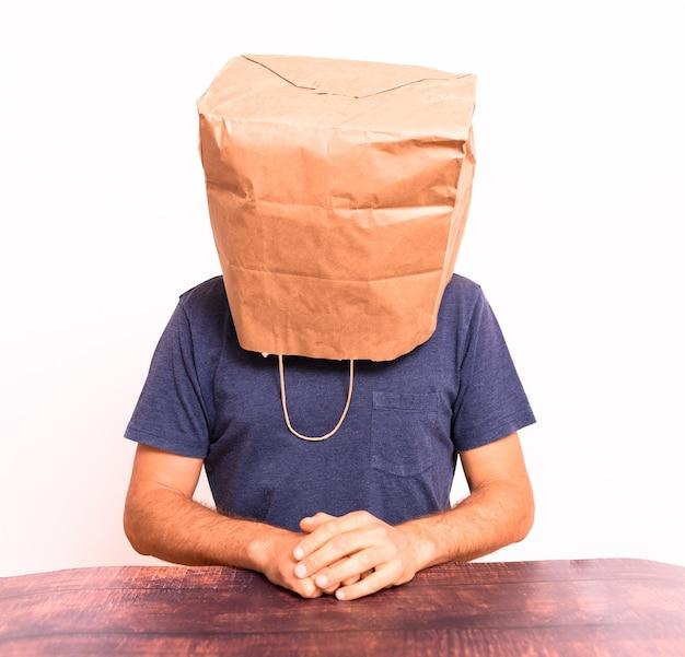 Wijze man met zak op zijn hoofd