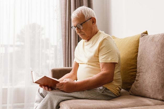 Wijze oudere man leest boek