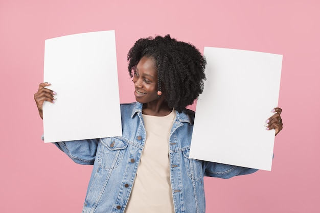 Wijzend. afro-amerikaanse mooie vrouw portret geïsoleerd op roze muur met copyspace. stijlvol vrouwelijk model. concept van menselijke emoties, gezichtsuitdrukking, mode, jeugd.