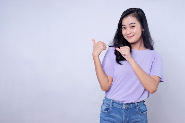 Wijzend duimen omhoog, goed uitziende ondersteunende en charismatische aziatische vriendin met zwart haar s