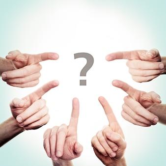 Wijzende hand en vraagteken