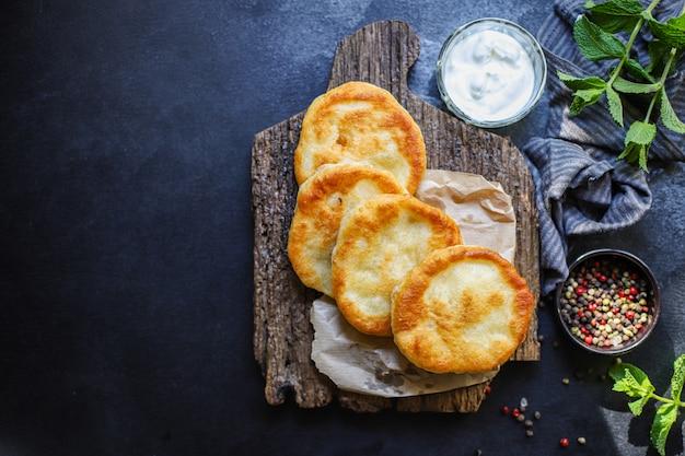 Wikkel platte broodtortilla's van meel en water, thuiskoken lango's