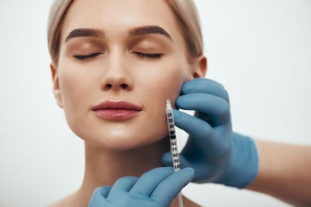 Wil je een perfect portret zijn van een jonge mooie vrouw die de ogen gesloten houdt terwijl de dokters inleveren?