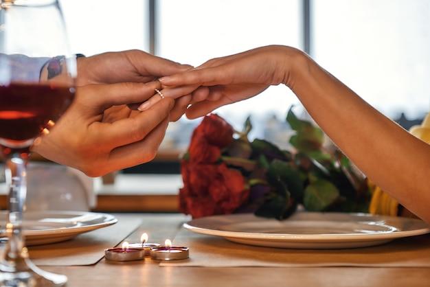 Wil je met me trouwen jong romantisch stel viert verjaardag in restaurant Premium Foto