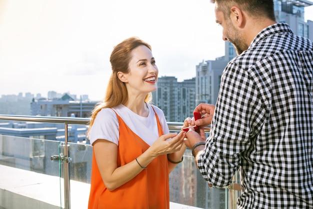 Wil je met me trouwen. knappe aardige man kijkt naar zijn vriendin terwijl hij een voorstel doet Premium Foto