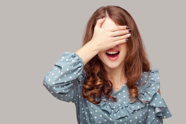 Wil niet kijken! verbaasd meisje dat ogen bedekt, verraste schok schande van ongelooflijke gebeurtenis