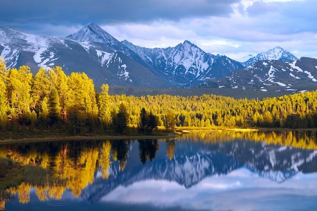 Wild bergmeer in de altai-bergen, zonsondergang, reflectie, siberië.