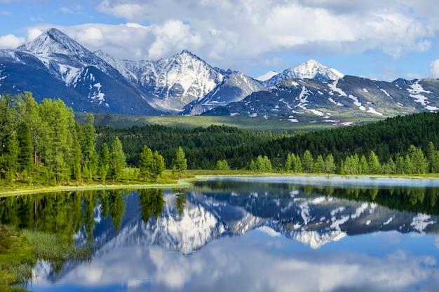 Wild bergmeer in het altai-gebergte, zomerlandschap, reflectie