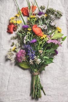 Wild bloemboeket op vintage linnen