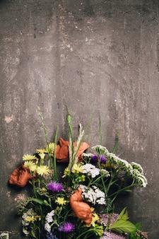 Wild bloemboeket op vintage tafel