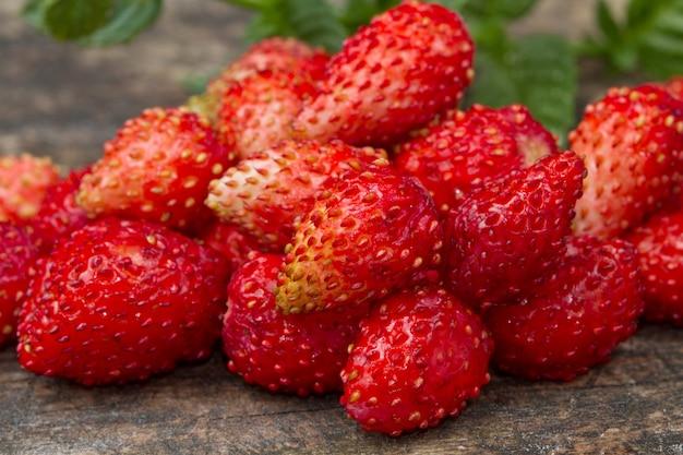 Wilde aardbeien op hout