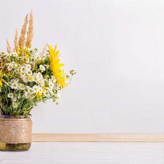 Wilde bloemen in een handgemaakte vaas