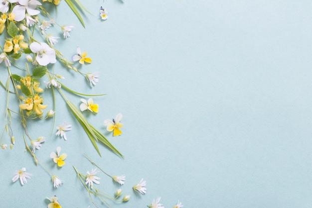 Wilde bloemen op papieroppervlak