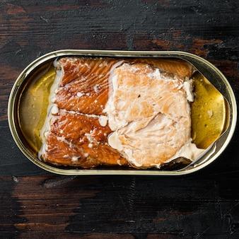Wilde forel ingeblikte gerookte vis, in blik, op oude donkere houten tafel