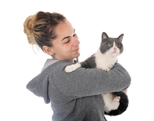 Wilde kat en vrouw voor witte achtergrond