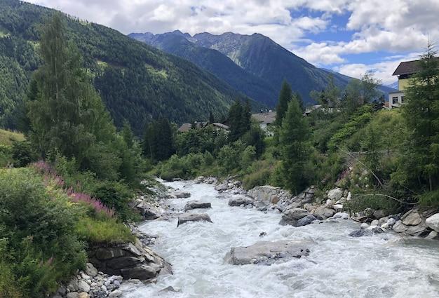 Wilde rivier in de alpiene natuur van de oostenrijkse alpen