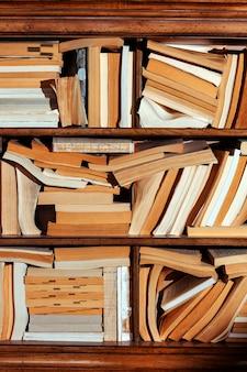 Willekeurig verschillende boeken verspreid over de boekenplank.