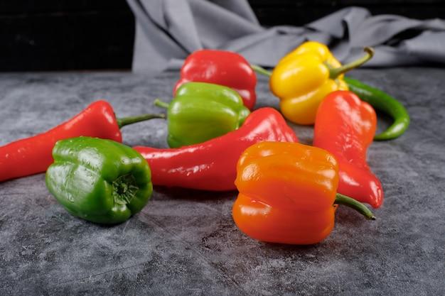 Willekeurige selectie van kleurpaprika's en hete pepers.