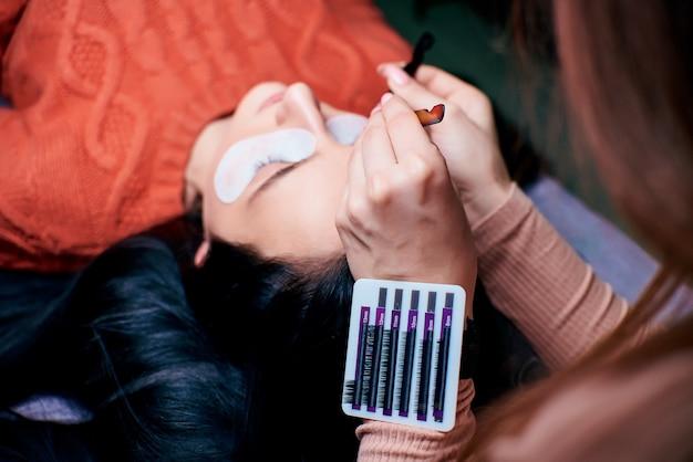Wimper extensie procedure close-up. mooie vrouw met lange wimpers in een schoonheidssalon.