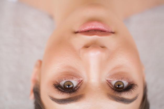 Wimpers extensions. valse wimpers. procedure voor het verlengen van wimpers. professionele stylist die vrouwelijke wimpers verlengt.
