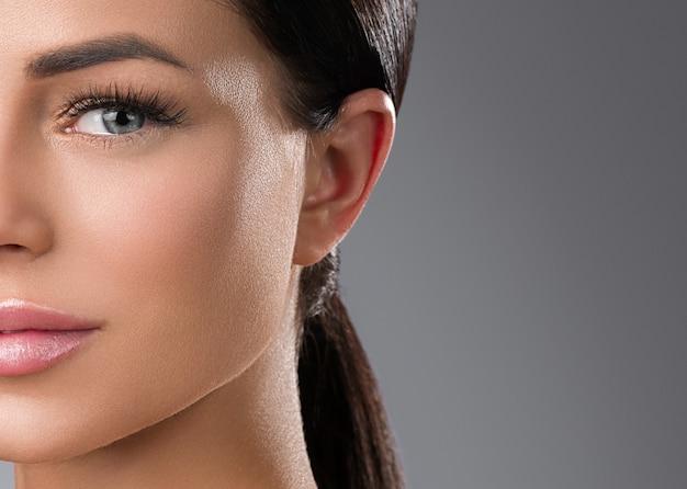 Wimpers extensions vrouw ogen macro schoonheid. studio opname.