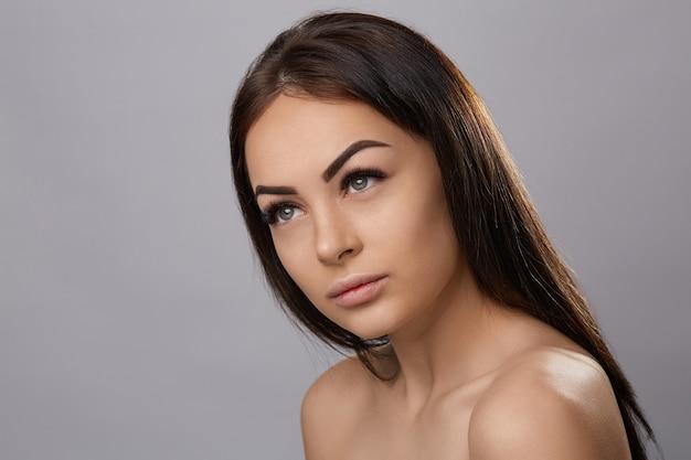 Wimpersextensies, nepwimpers, portret van een sexy meisje met lange nepwimpers en perfecte make-up,