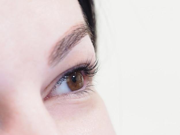 Wimperverlenging. het oog van een vrouw met wimpers.