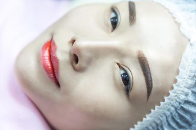 Wimperverlenging. mooie vrouw azië met lange zwepen in een schoonheidssalon.