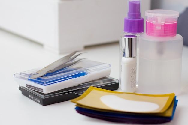 Wimperverlengingsprocedure. hulpmiddelen voor wimperverlenging. lijm, pincet.