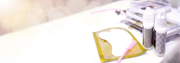 Wimperverlengingsprocedure. hulpmiddelen voor wimperverlenging.
