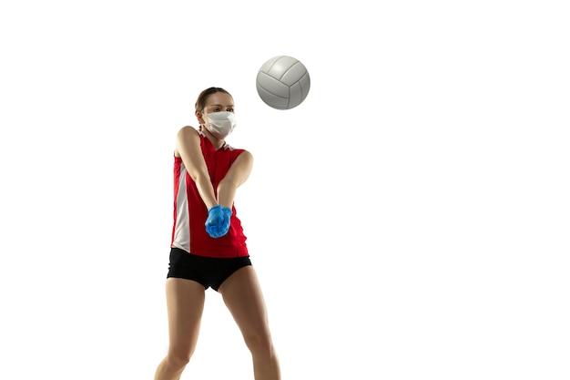 Win de ziekte. volleybalspeler met beschermend masker en handschoenen.