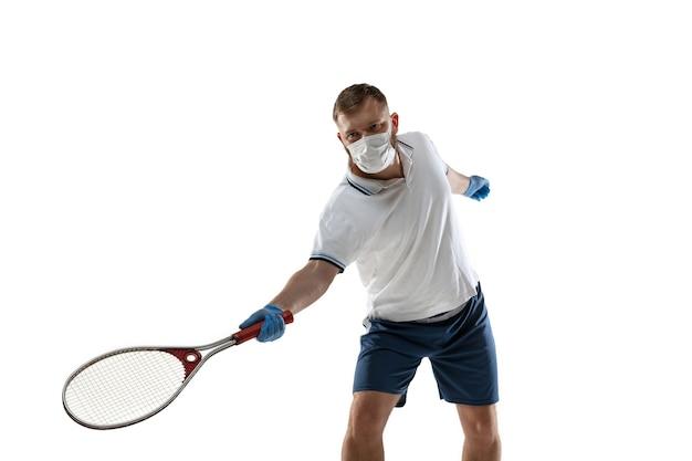 Win punten af van ziekte. mannelijke tennisser met beschermend masker, handschoenen. nog steeds actief tijdens quarantaine. gezondheidszorg, geneeskunde, sportconcept.