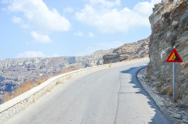 Windende kronkelige weg in de bergen van santorini