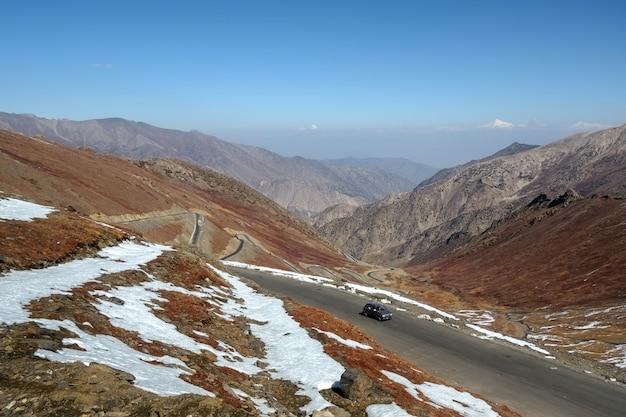 Windende weg op babusar-weg met een mening van bergketen.