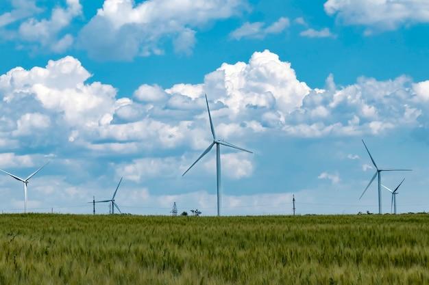 Windenergiecentrale in een tarweveld wekt elektrische energie op