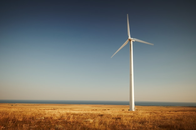 Windenergieopwekking, windturbine tegen blauwe hemel