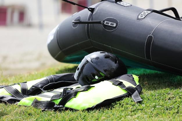 Windfoiluitrusting op het groene gras met vlieger, helm en harnas
