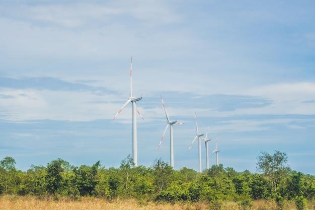 Windgenerator turbines in de lucht.