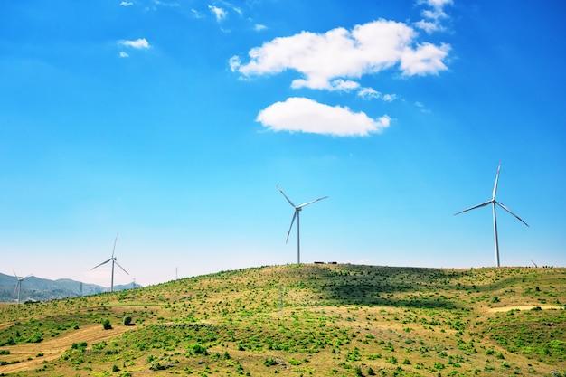Windgeneratoren op een vlakte onder een blauwe lucht