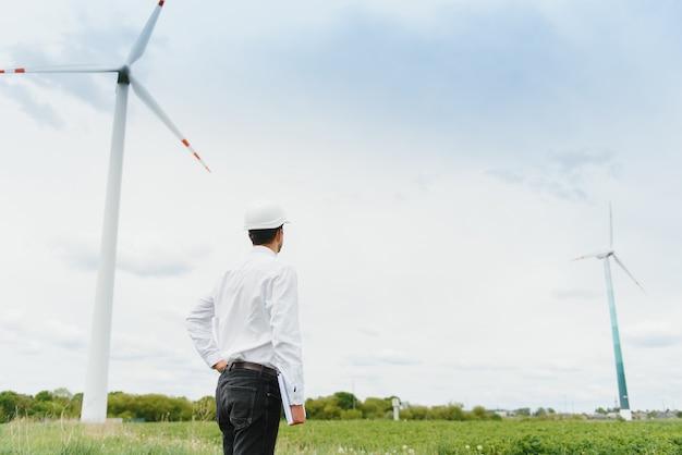 Windmolen ingenieur inspectie en voortgangscontrole windturbine op bouwplaats.