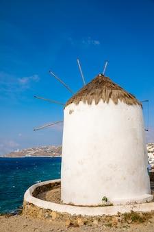 Windmolen op een heuvel in de buurt van de zee op het eiland mykonos, griekenland