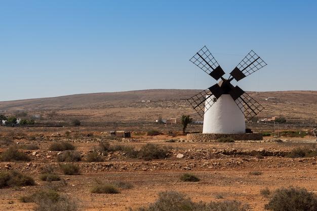 Windmolen op fuerteventura, canarische eilanden, spanje
