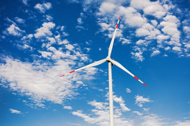 Windmolen tegen blauwe hemel. alternatieve energiebron. bescherming van natuur en milieu. wind elektrische generator. environmenta bescherming. ecologische energiebron.